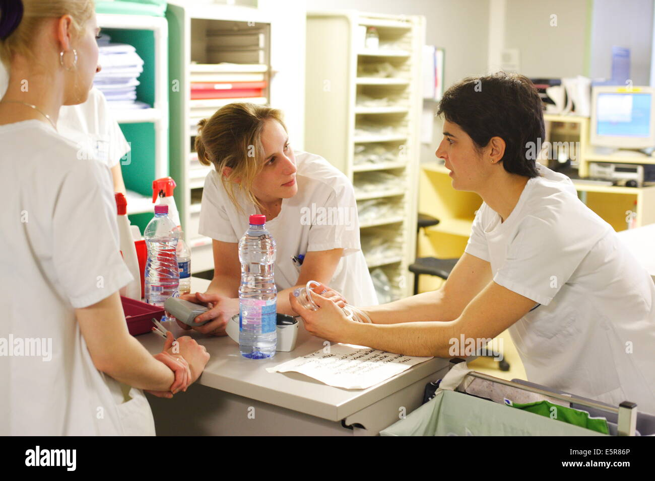 Nurses in the post-intervention room, Reanimation and Anaesthetics Department, Limoges hospital, France. - Stock Image