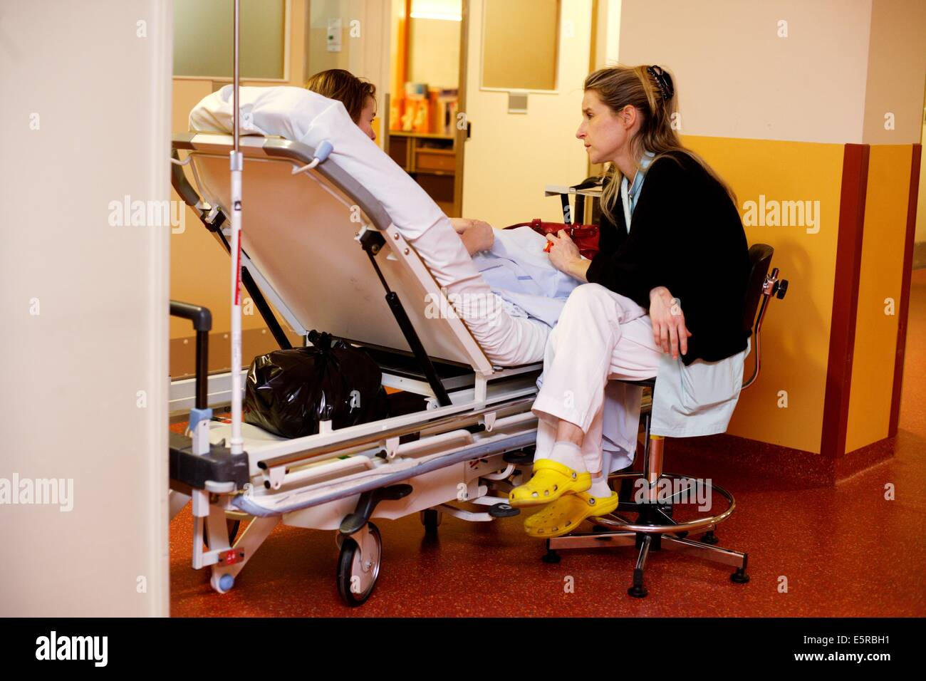 Psychiatric nurse talking with a patient, Emergency department, Limoges hospital, France. - Stock Image