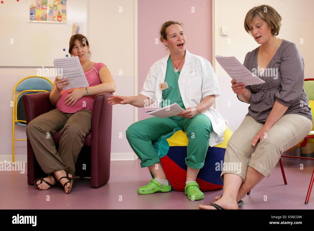 A musician runs a antenatal and postnatal singing workshop, aimed at parents as well as maternity nursing staff, - Stock Image