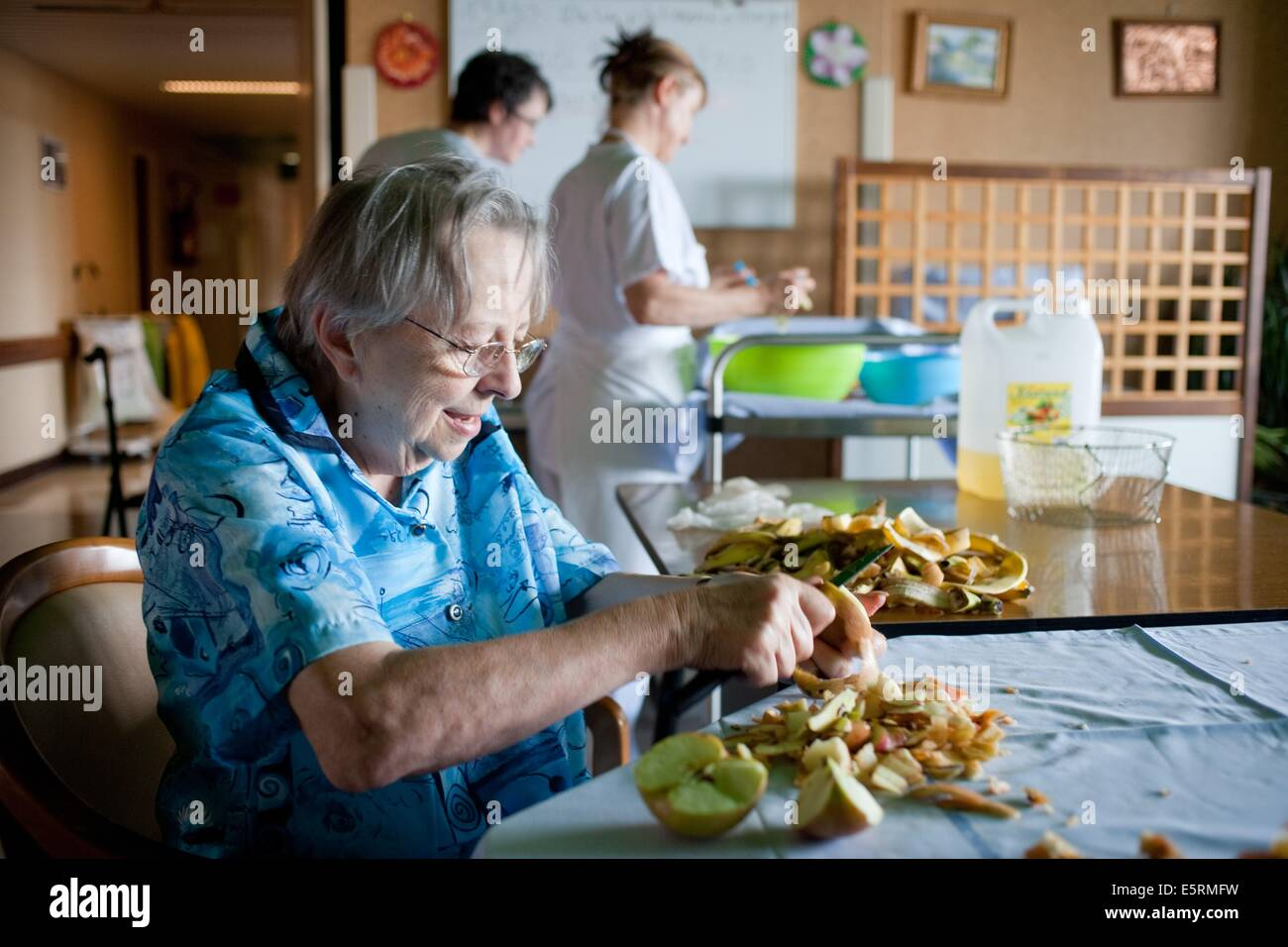 Cooking workshop. Residential home for dependent elderly person, Limoges, France. - Stock Image