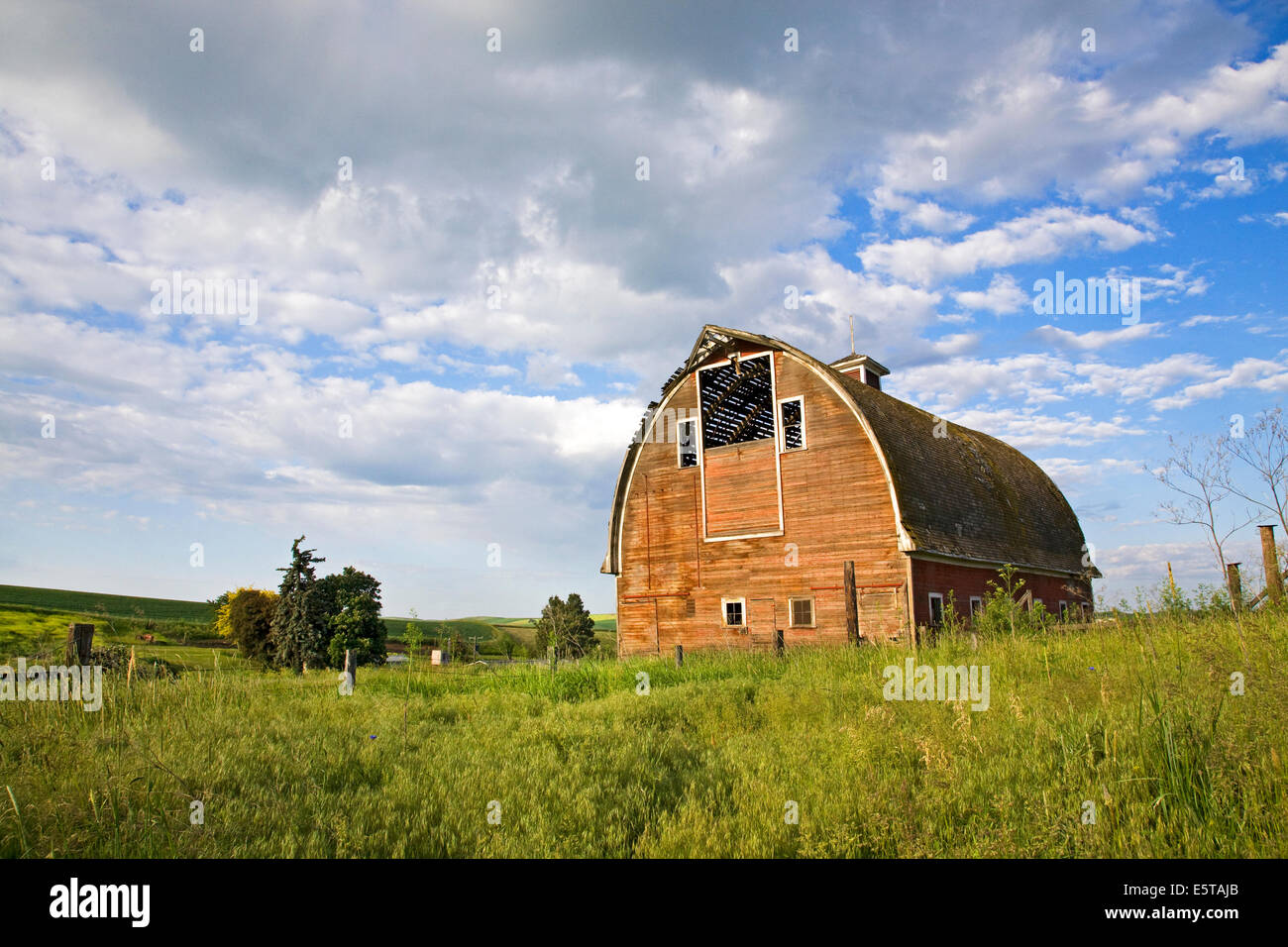 An abandoned barn in the remote Palouse Empire region,  a farming and wheat growing region of rolling hills and - Stock Image