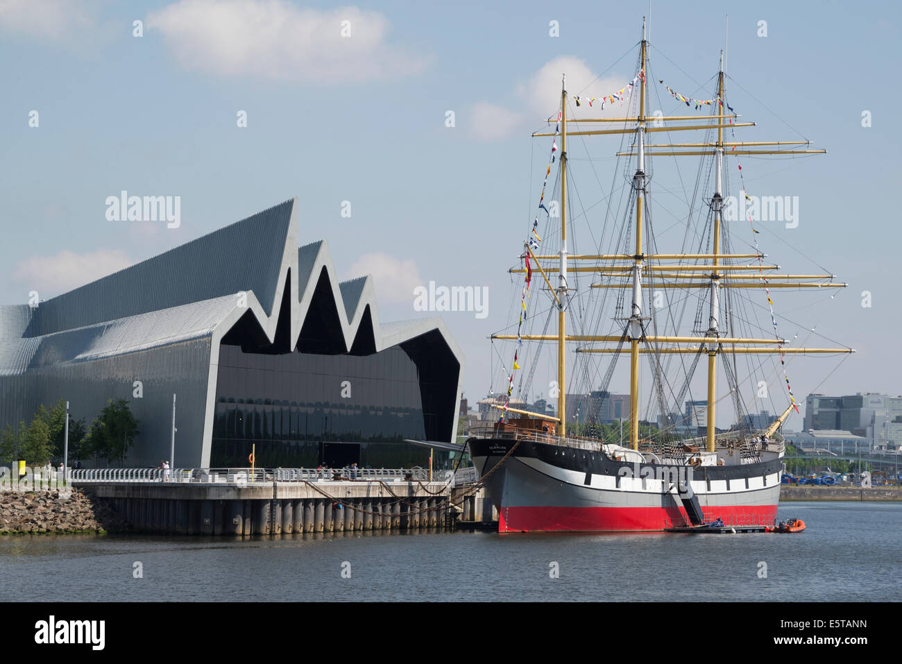The Riverside Museum of Transport and the Glenlee tall ship on the River Clyde, Glasgow Scotland Stock Photo