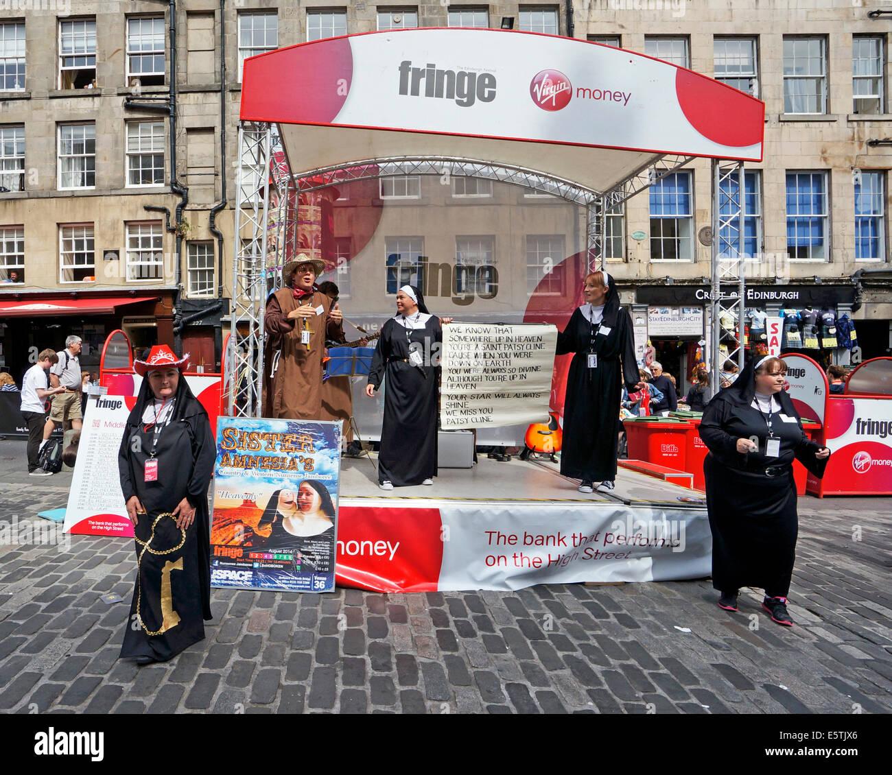 Edinburgh Fringe Festival 2014 Sister Amnesia Performers in High Street The Royal Mile Edinburgh Scotland - Stock Image