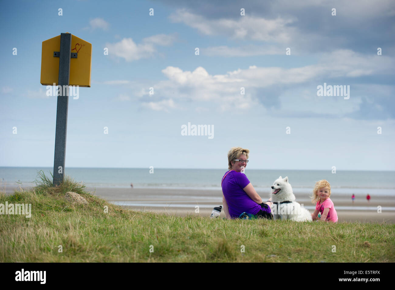 Port beach, County Louth, Ireland. 6th August, 2014. Karen Winters from Clogherhead, County Louth with her daughter - Stock Image