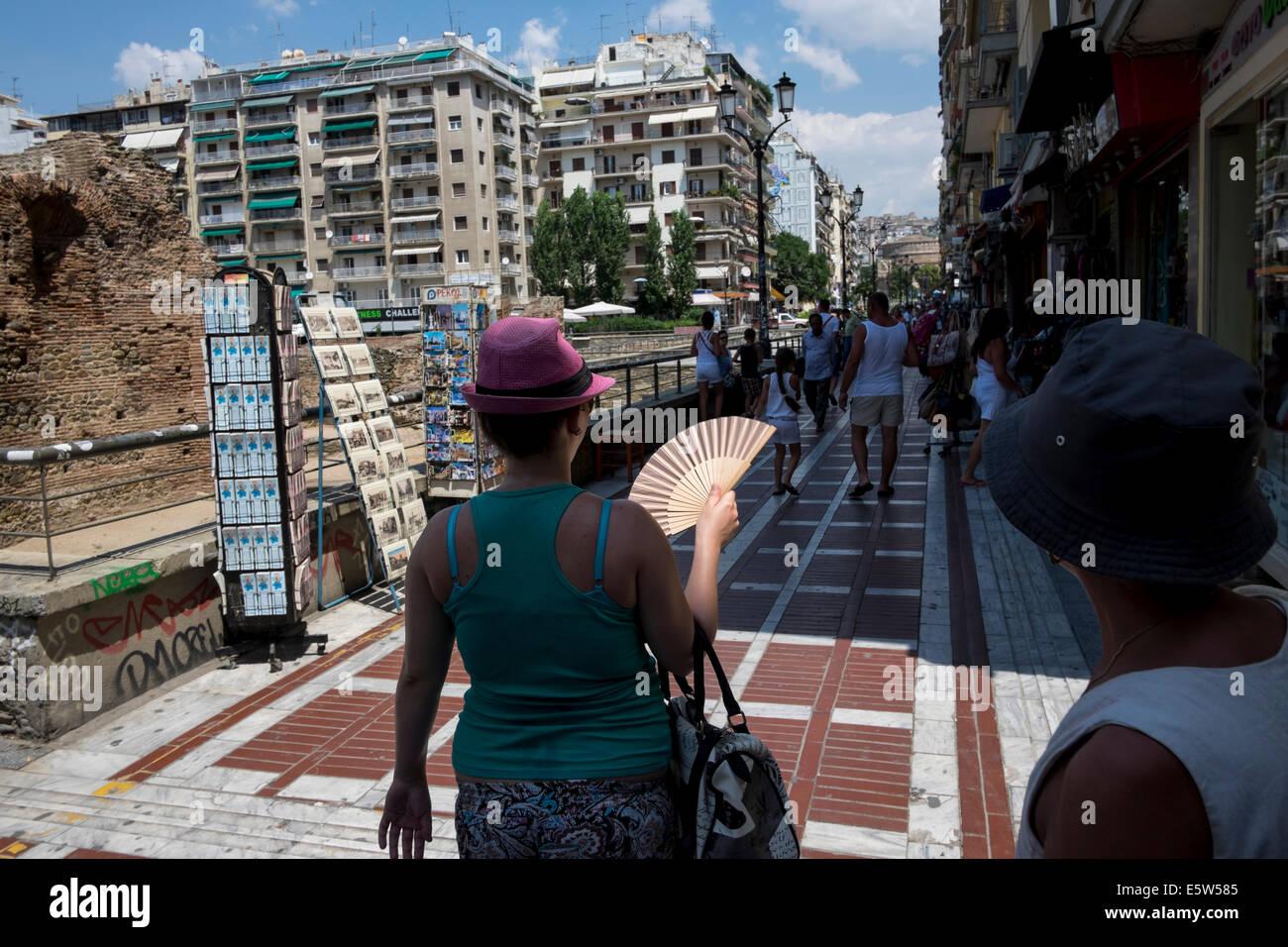 People walk at Navarinou Square in Thessaloniki, Greece on August 2014. - Stock Image