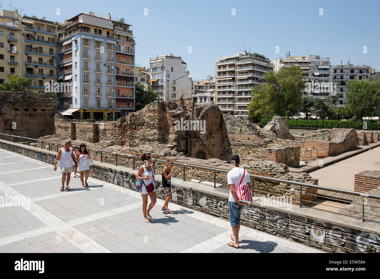 Tourists at Navarinou square in Thessaloniki, Greece on August 2014. - Stock Image