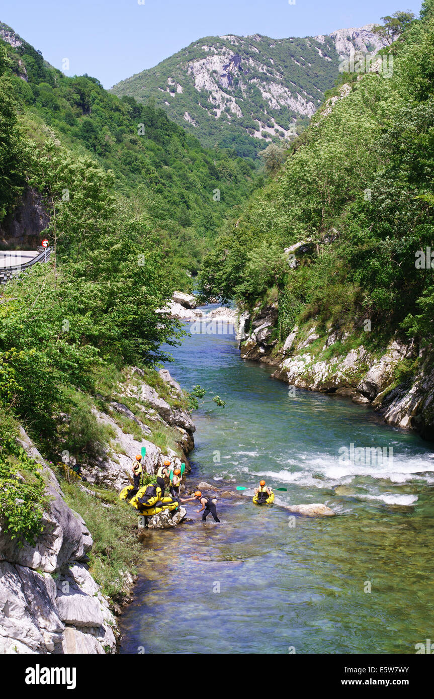 Canoists entering the water of the Río Cares near Arenas de Cabrales , Asturias, Northern Spain, Europe - Stock Image