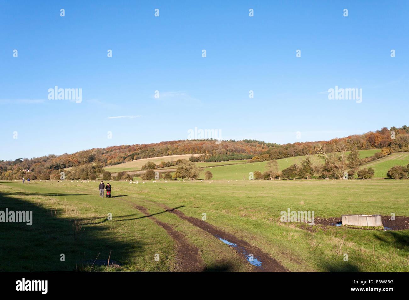 Walkers on the footpath from Hambleden, Buckinghamshire, England, GB, UK. - Stock Image