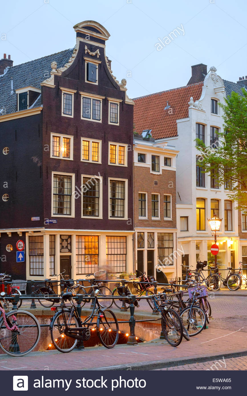 Corner of Prinsengracht and Blauwburgwal at night, Amsterdam, North Holland, Netherlands - Stock Image