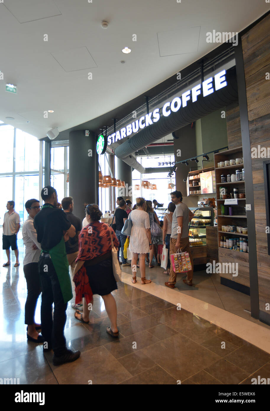 Les terrasses stock photos les terrasses stock images alamy - Starbucks marseille vieux port ...