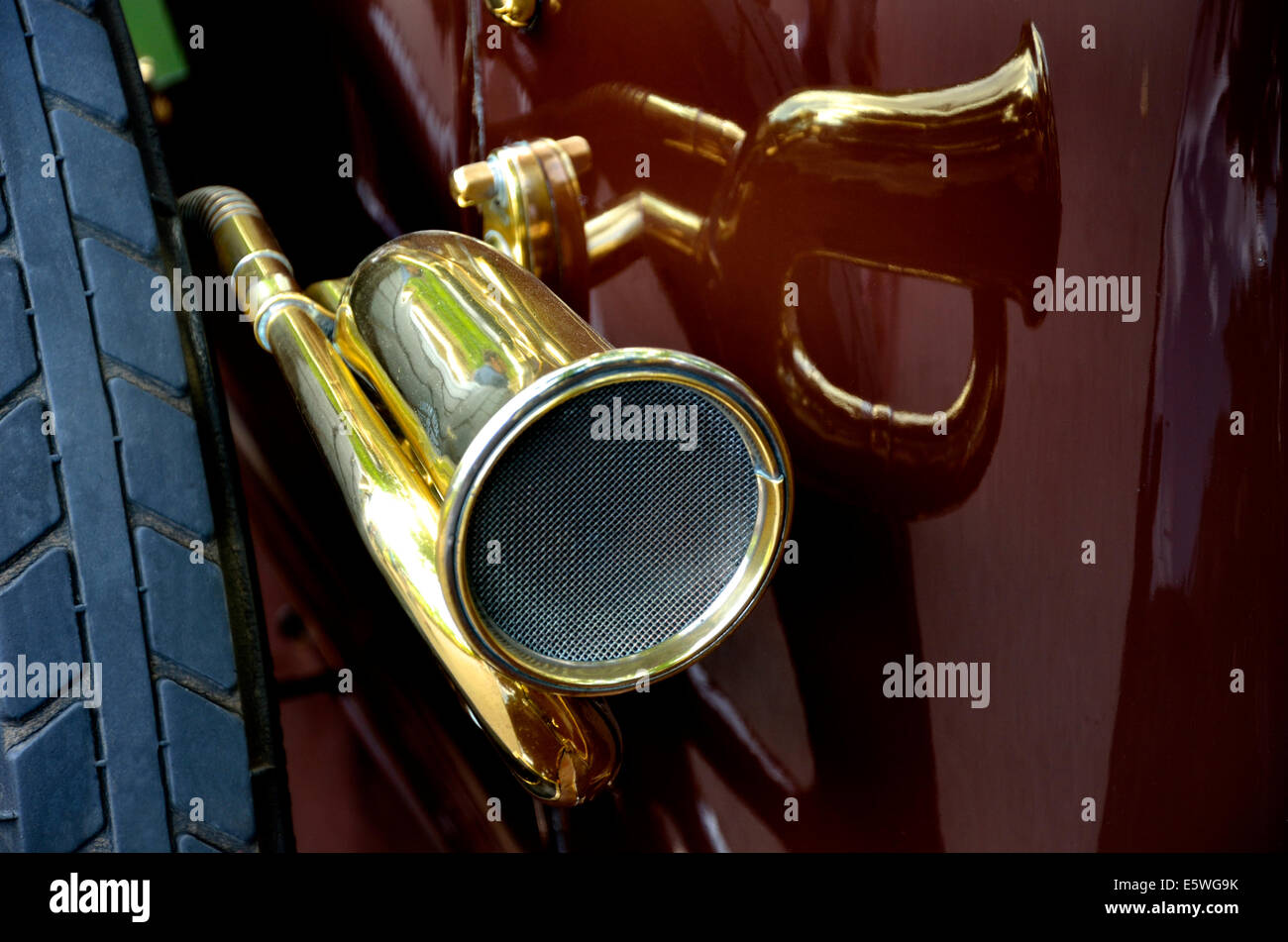 1915 Rover 12hp (BE 3055) detail of horn and spare wheel - Stock Image