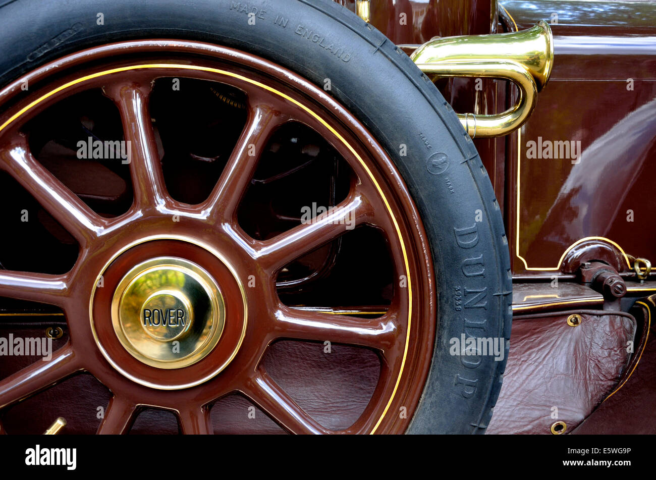 1915 Rover 12hp (BE 3055) detail - Dunlop tyre and Lucas horn - Stock Image
