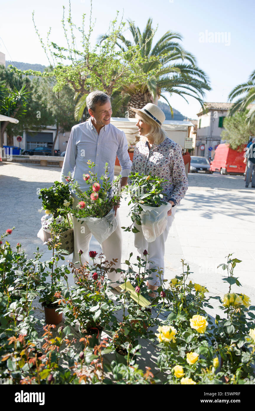 Couple shopping at flower market, Mallorca, Spain - Stock Image