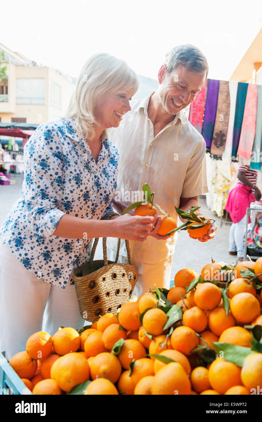 Couple choosing oranges at market, Mallorca, Spain - Stock Image