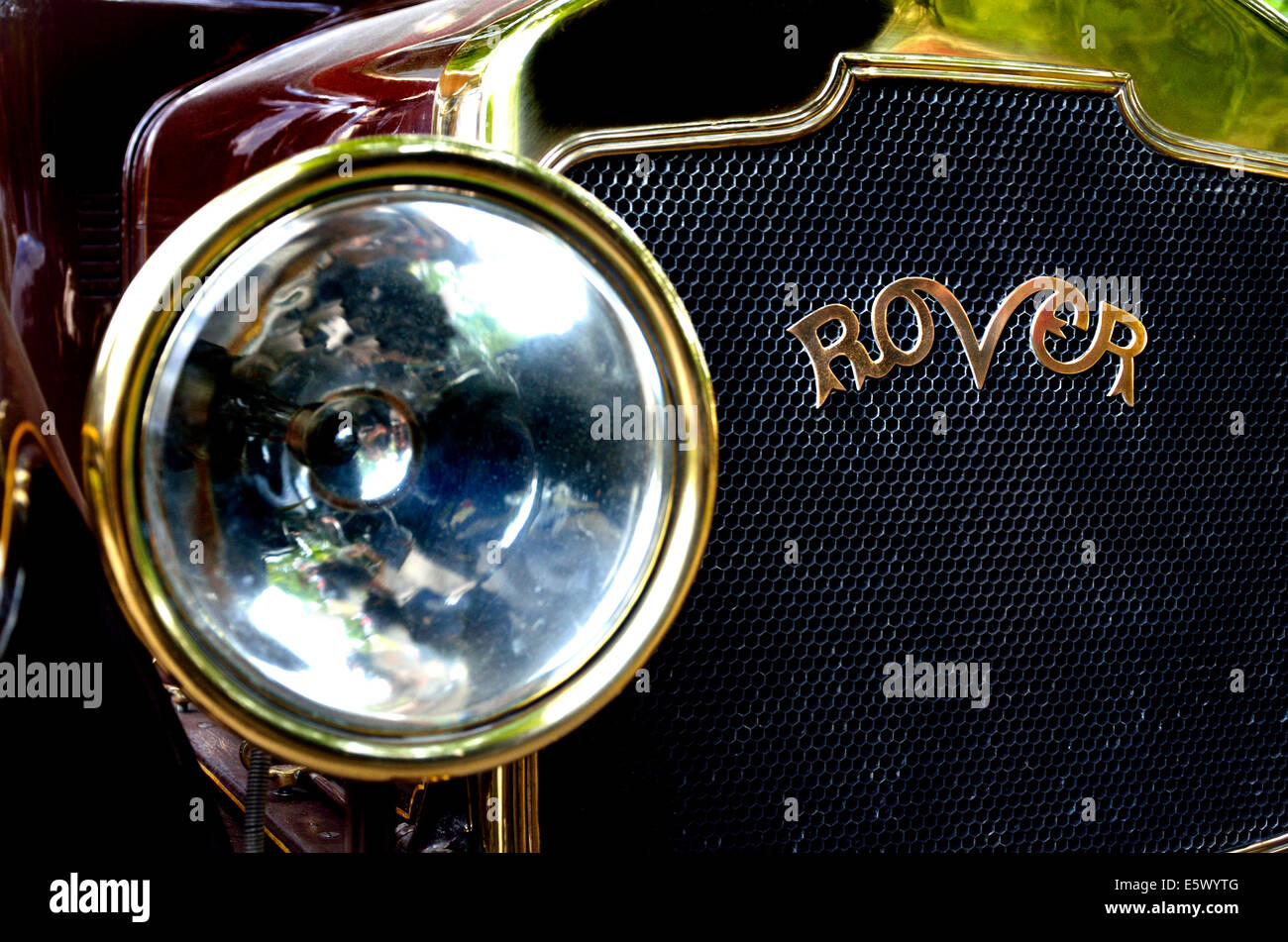 1915 Rover 12hp (BE 3055) detail of radiator grille and headlamp - Stock Image