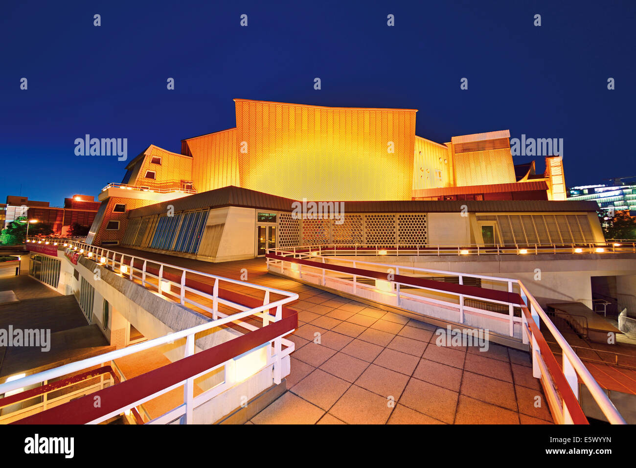 Germany, Berlin: Nocturnal view of the Philharmonic Orchestra Hall - Stock Image