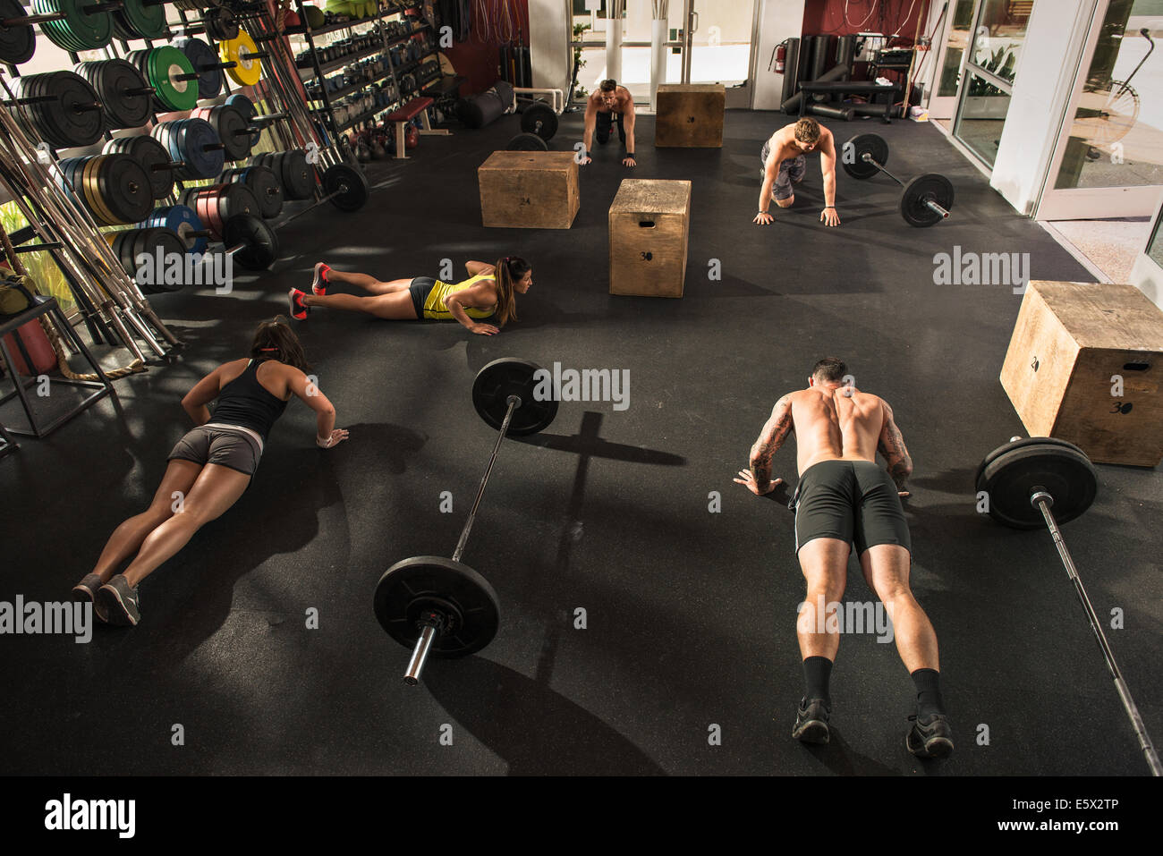 Bodybuilder doing push ups in gym - Stock Image