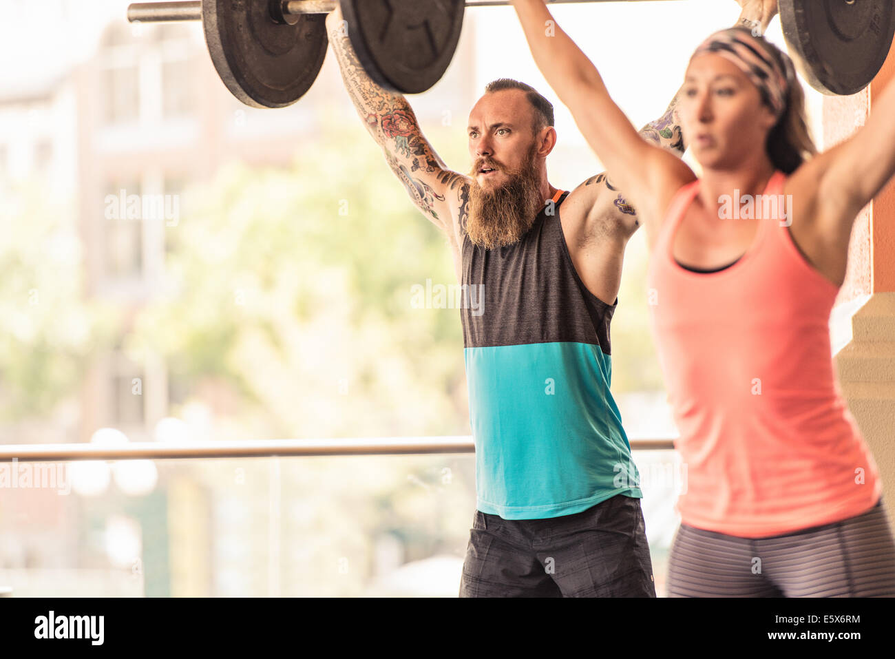 Man and woman lifting weights - Stock Image