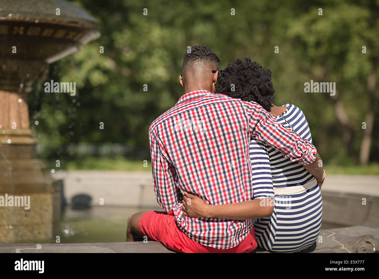 Rear view of young couple, Bethesda fountain, Central Park, New York City, USA - Stock Image