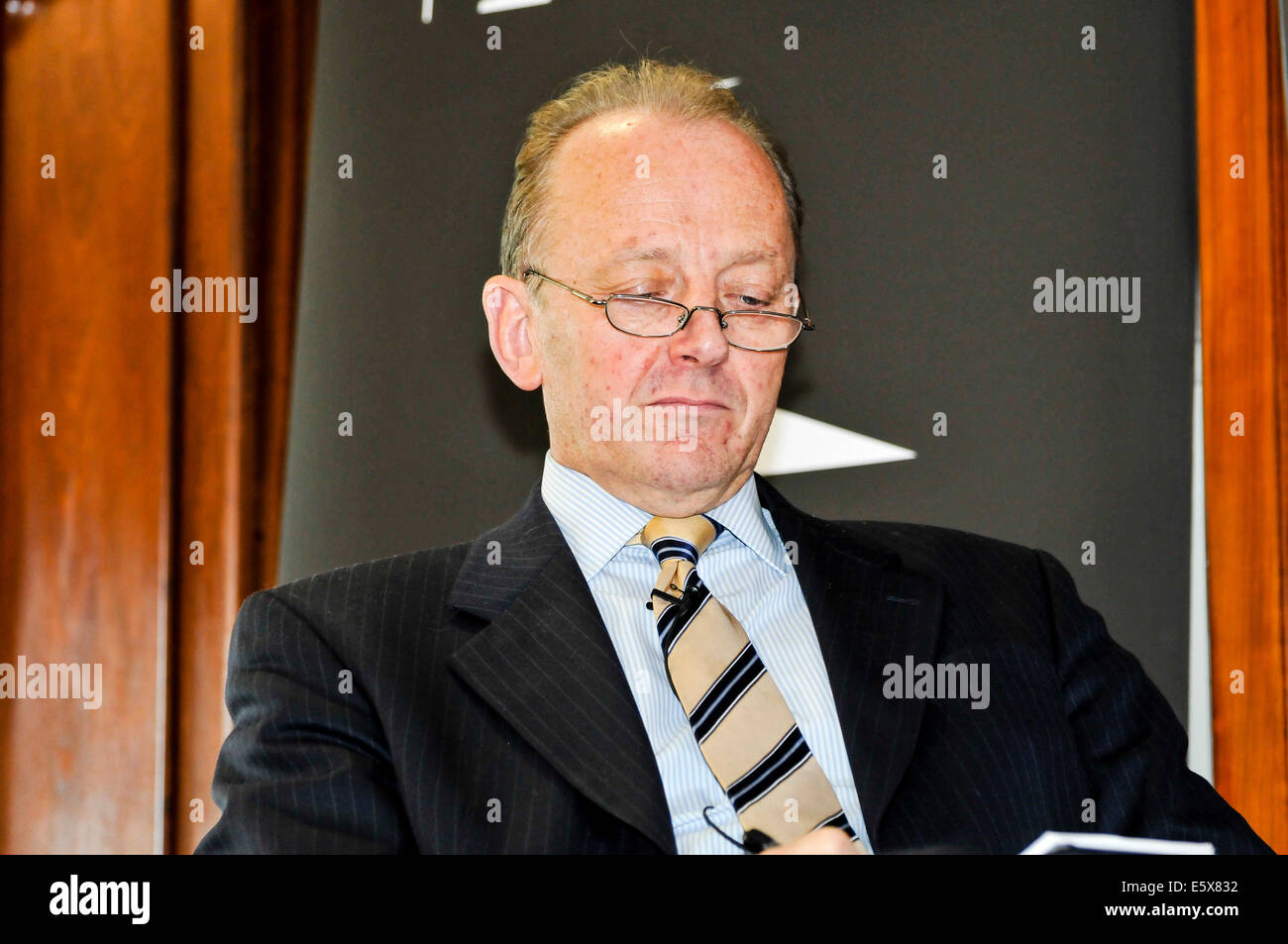 Belfast, Northern Ireland. 7th Aug 2014 - Sir Hugh Orde in discussion with John Ware, Belfast Credit:  Stephen Barnes/Alamy - Stock Image
