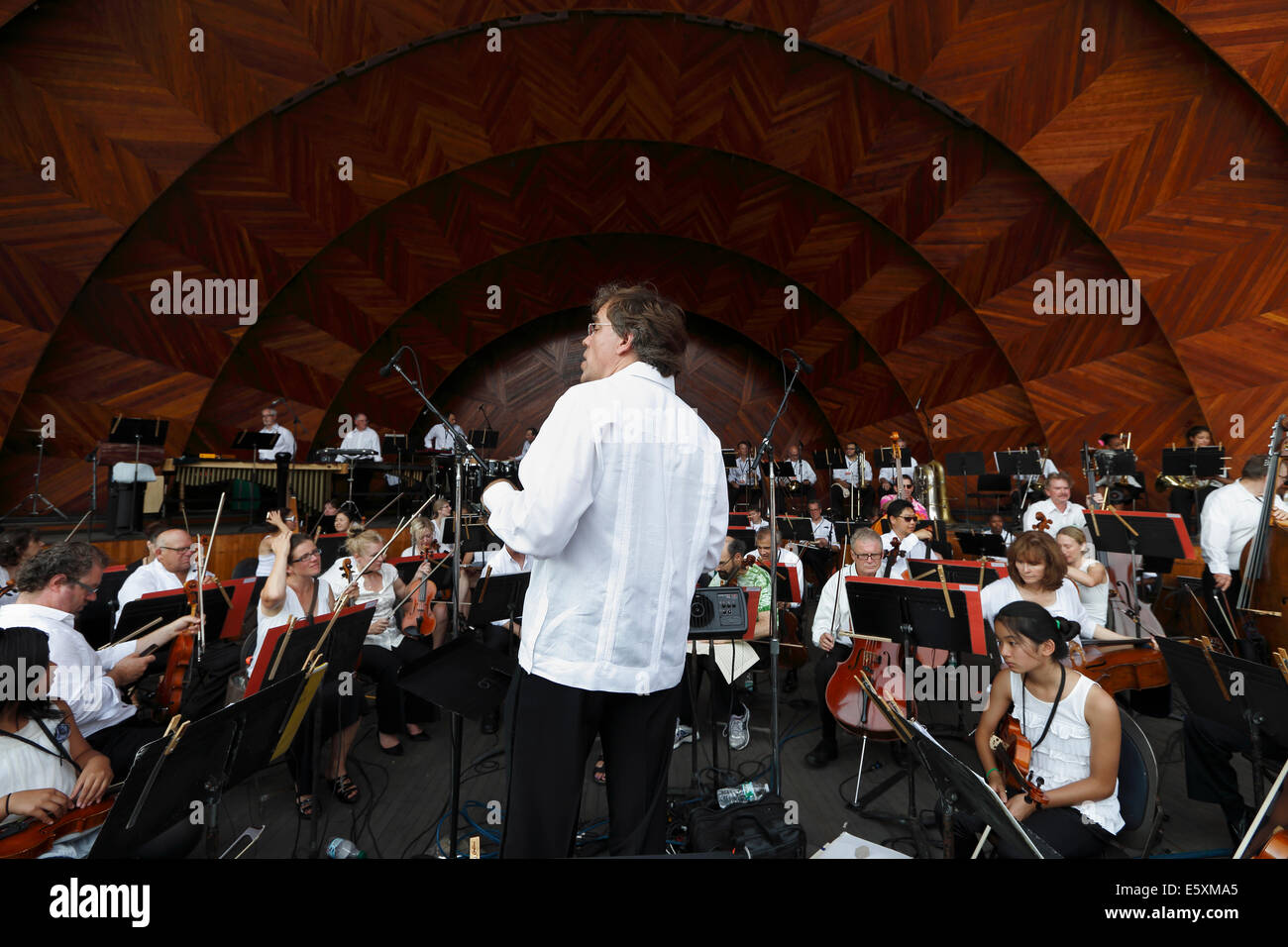 Music director Christopher Wilkins rehearses with the Boston Landmarks Orchestra before a concert at the Hatch Shell, - Stock Image