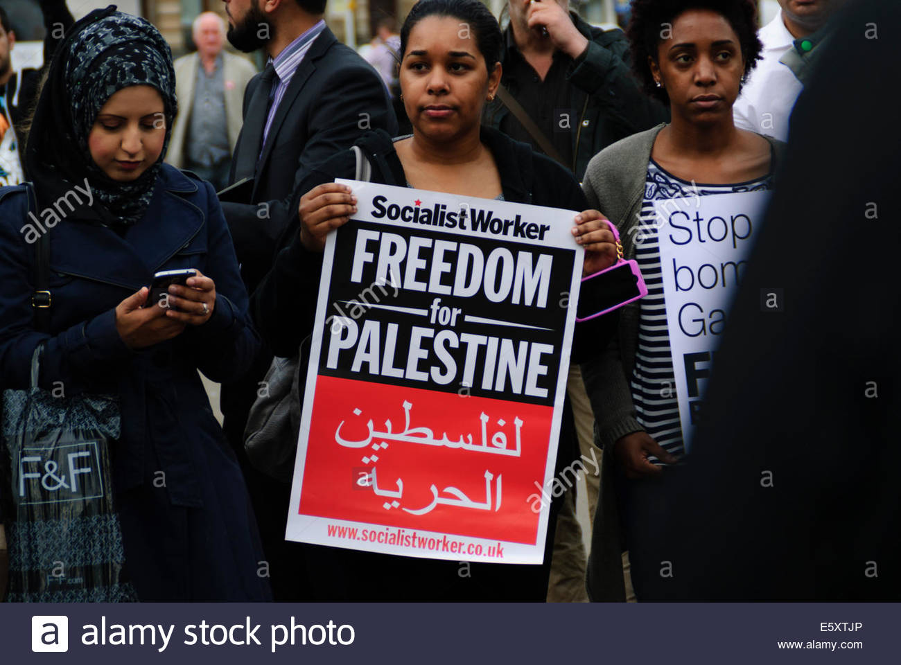 Glasgow, UK.  8 August, 2014. Young woman holding Freedom for Palestine banner. In a letter to the Mayor of Bethlehem, - Stock Image