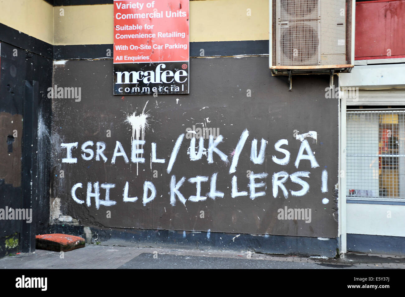 Slogan painted on wall in nationalist Bogside, Derry, Londonderry, reads Israel/UK/ USA child Killers! - Stock Image