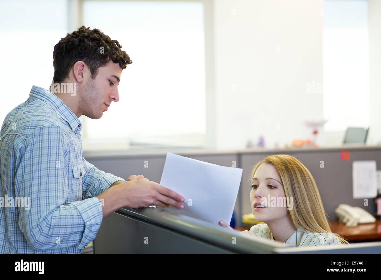 Supervisor explaining assignment to temp worker - Stock Image