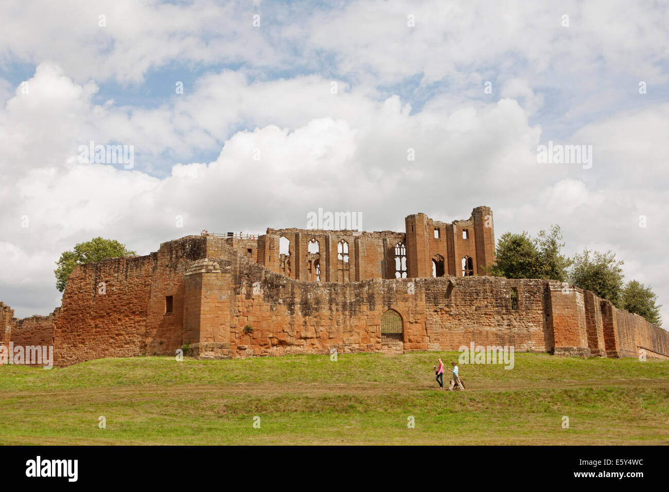 KENILWORTH CASTLE AND PEOPLE WALKING AROUND - Stock Image