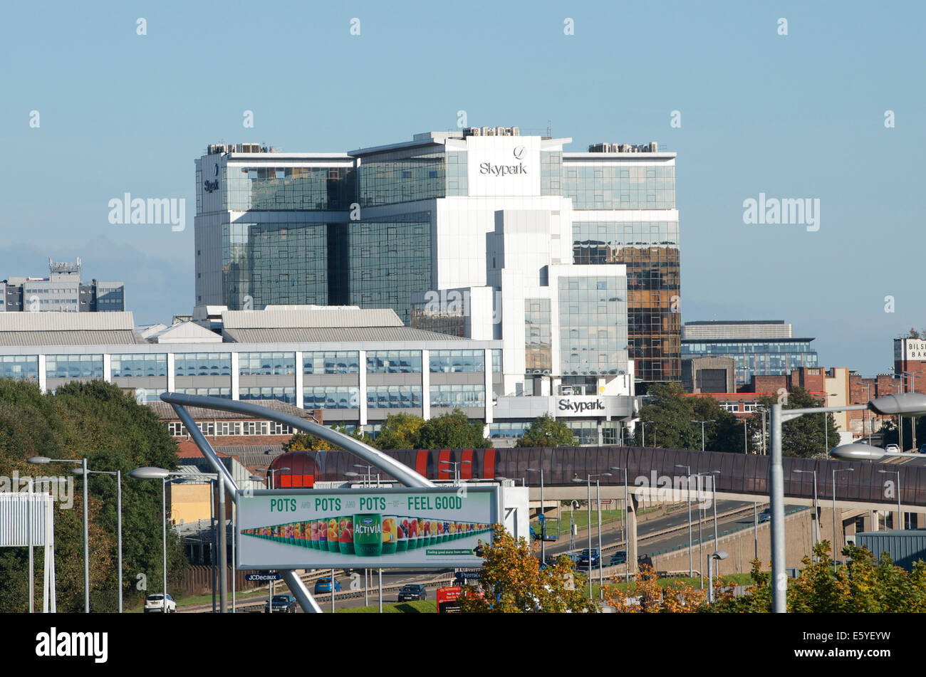 The Skypark building in Finnieston behind the A814 Pointhouse Road, Glasgow. - Stock Image