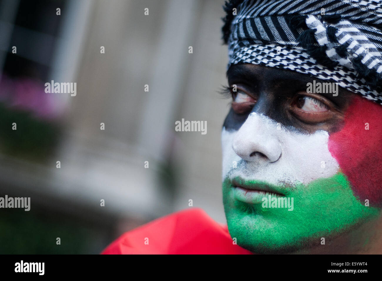 London, UK. 9th August, 2014. A man with a Palestinian flag painted on his face protests in London to call for an - Stock Image