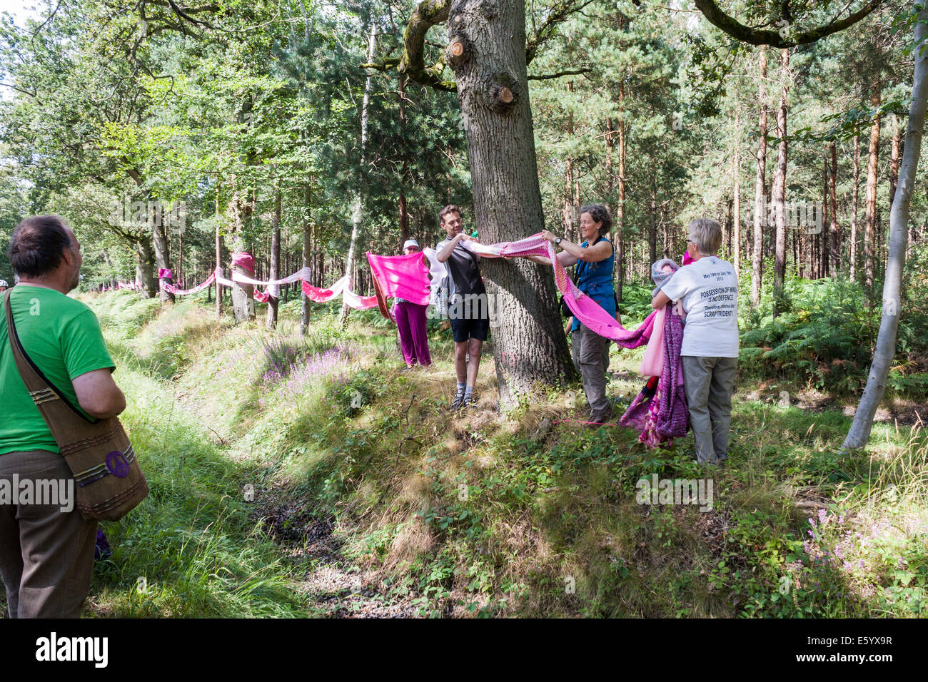Aldermaston-Burghfield, Berkshire, England, GB, UK.. 9th August 2014. A 7 mile (11km) long hand-knitted 'scarf' Stock Photo