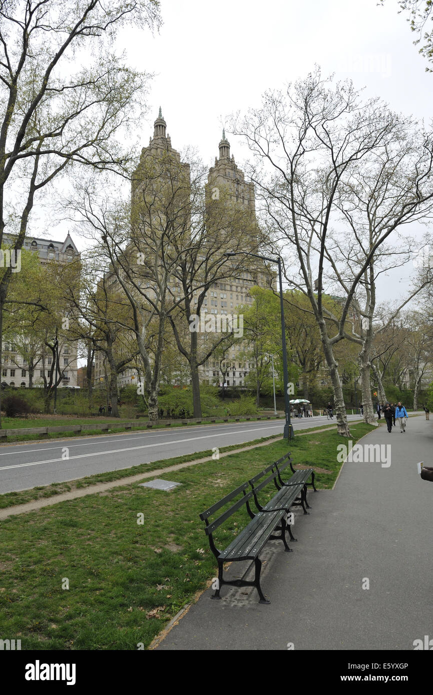 Walkway and public seating in Central Park, New York, with San Remo apartment building in background. Manhattan, Stock Photo