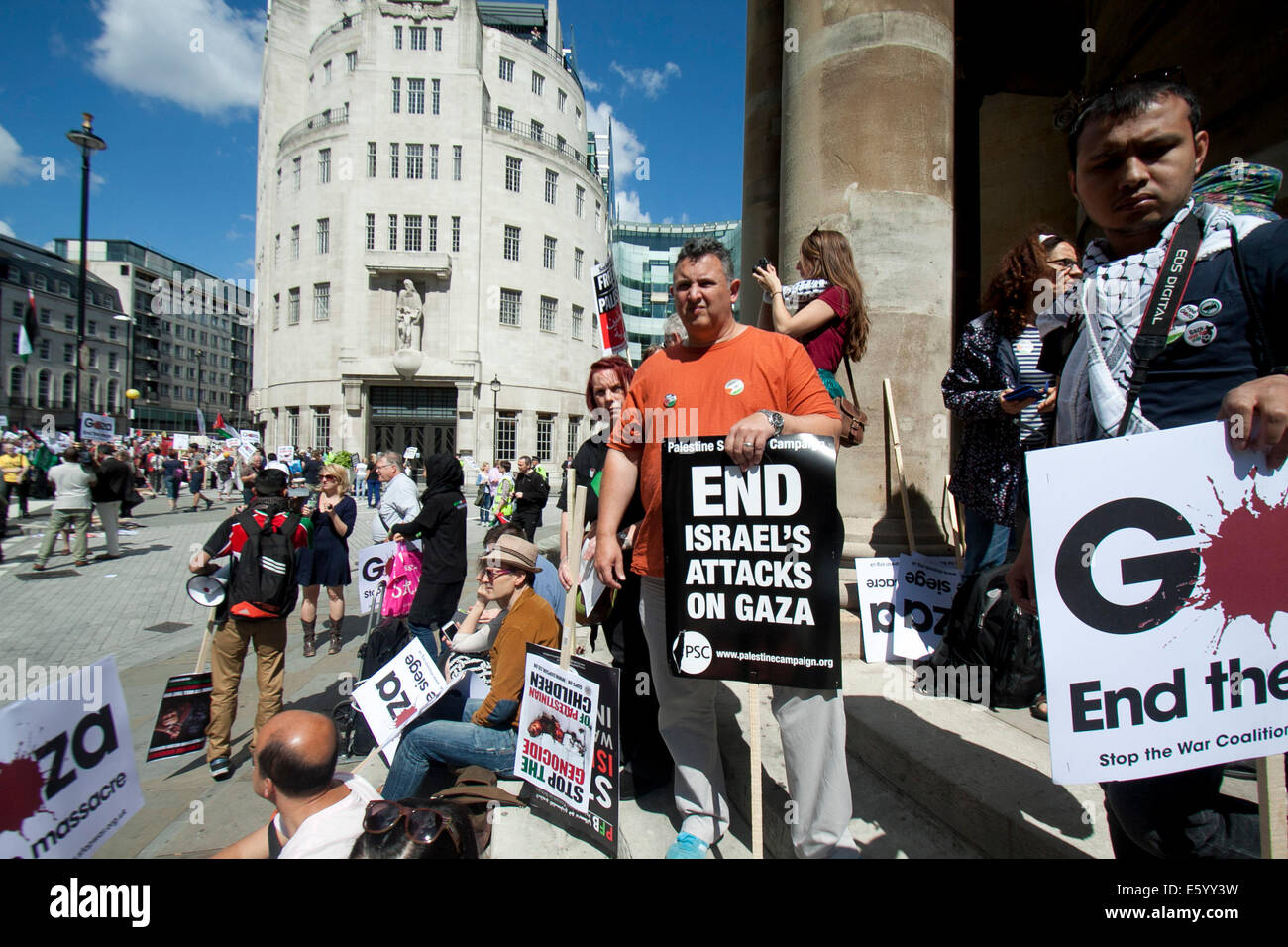 London, UK. 9th August, 2014. Protesters with placards outside BBC headquarters. Thousands of protesters marched - Stock Image