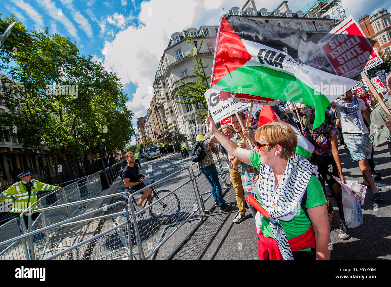 London, UK. 9th august, 2014. As the march passes the US embassy passions increase. Stop the 'massacre' - Stock Image