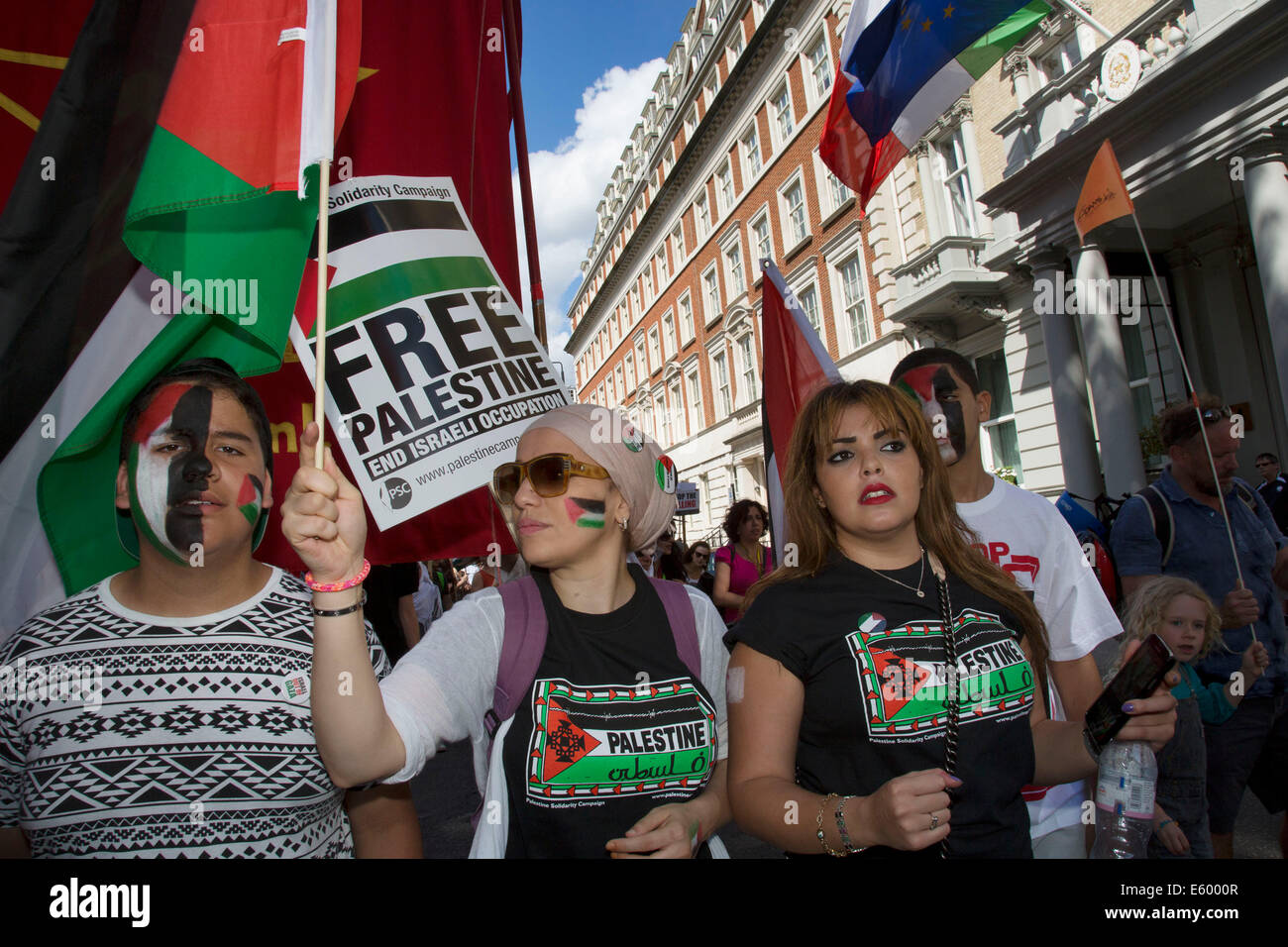 London, UK. Saturday 9th August 2014. Pro-Palestinian protesters in their tens of thousands march through central - Stock Image