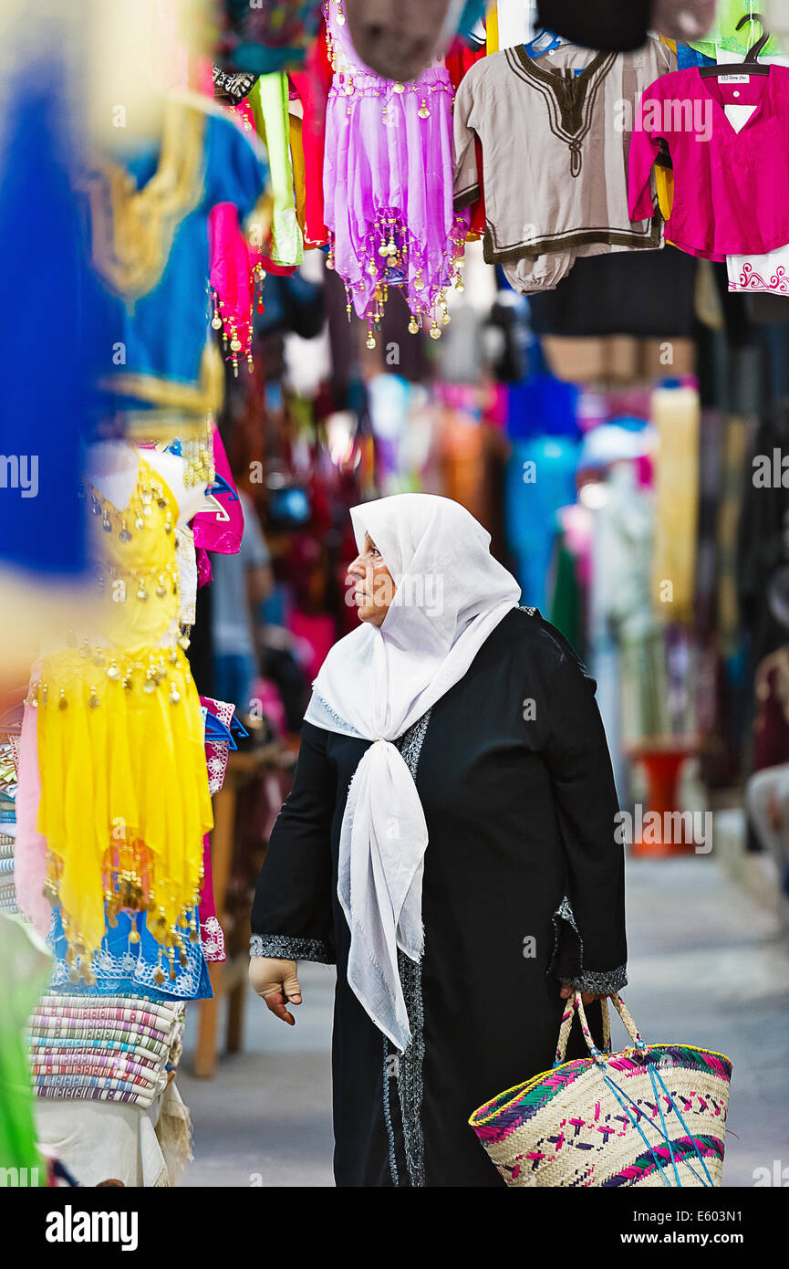 Africa, North Africa, Maghreb, South Tunisia, Governorat of Medenine. Djerba island. Houmt Souk. Woman in the Souk. - Stock Image