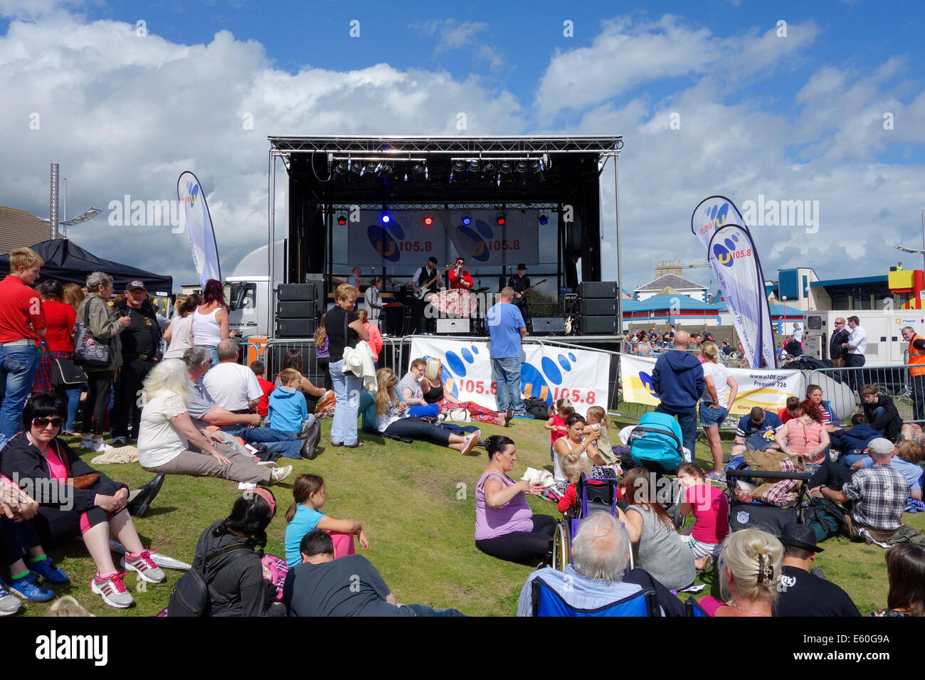 Newcastle, Co. Down, Northern Ireland, UK. 9th August 2014. Festival of Flight. Kaz Hawkins provides entertainment - Stock Image