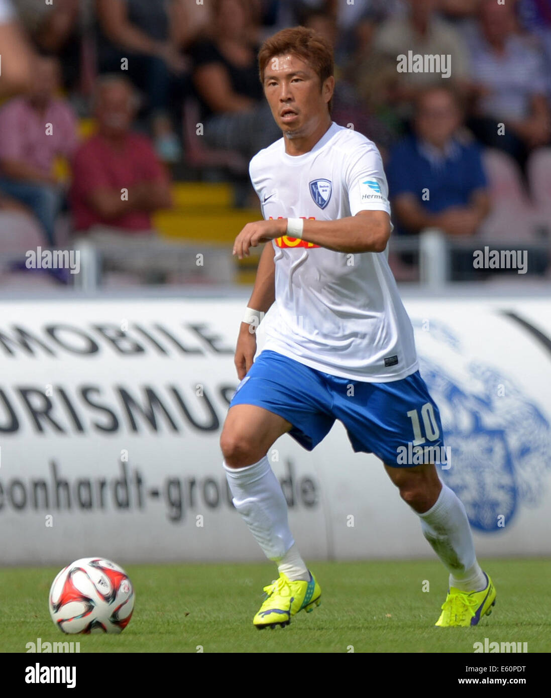 Aue, Germany. 09th Aug, 2014. Bochum's Yusuke Tasaka vies for the ball during the German second league soccer - Stock Image