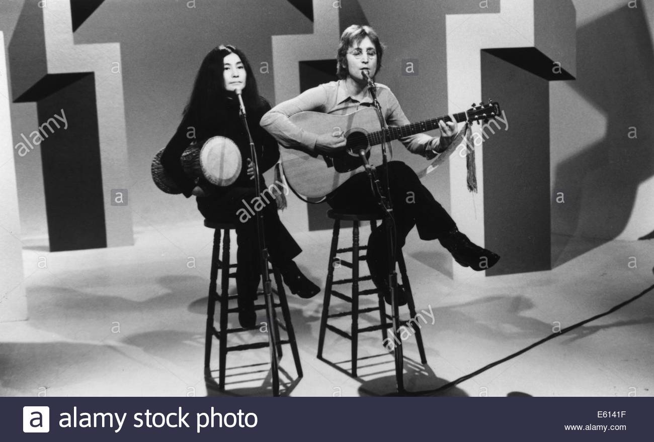 JOHN LENNON AND YOKO ONO  on the 'Mike Douglas Show', circa 1970s.  Courtesy Granamour Weems Collection. - Stock Image