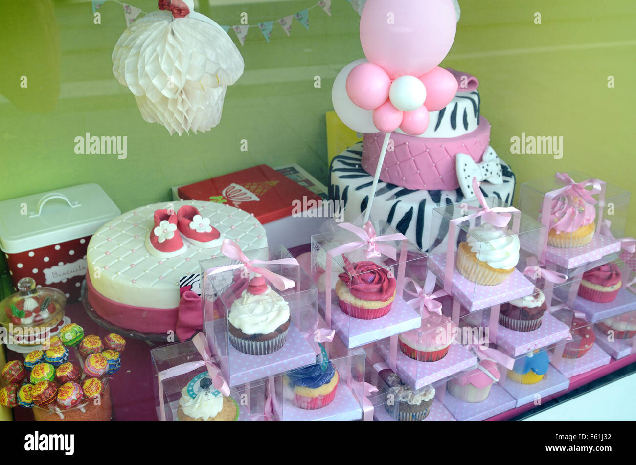 Cup Cakes and Icing Cakes in Window of Cake Shop or Patisserie Nice Alpes-Maritimes France - Stock Image