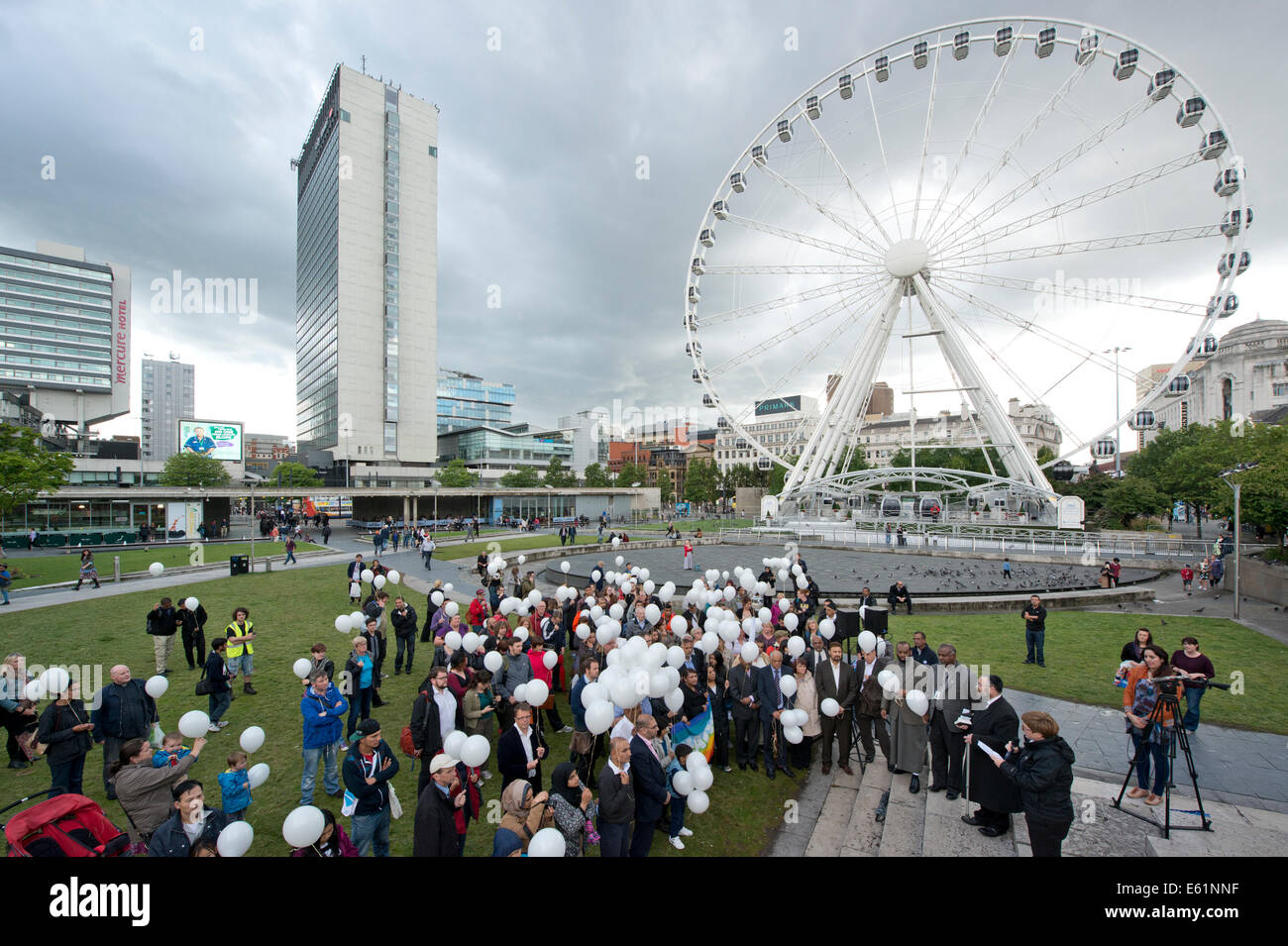 Manchester, UK. 11th August, 2014. A peace vigil is held in Piccadilly Gardens in Manchester in memory of those - Stock Image