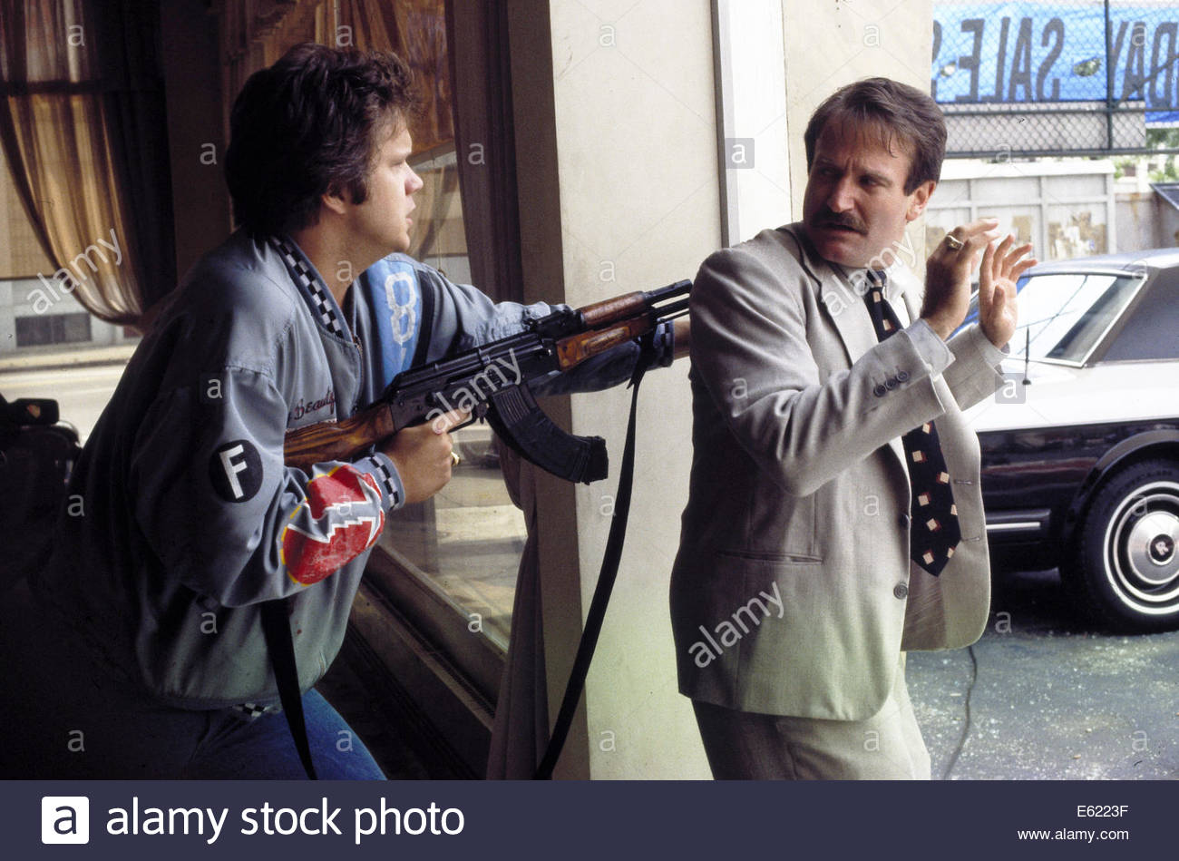 CADILLAC MAN (1990);  PICTURED:  ROBIN WILLIAMS, TIM ROBBINS.  Courtesy Granamour Weems Collection. - Stock Image