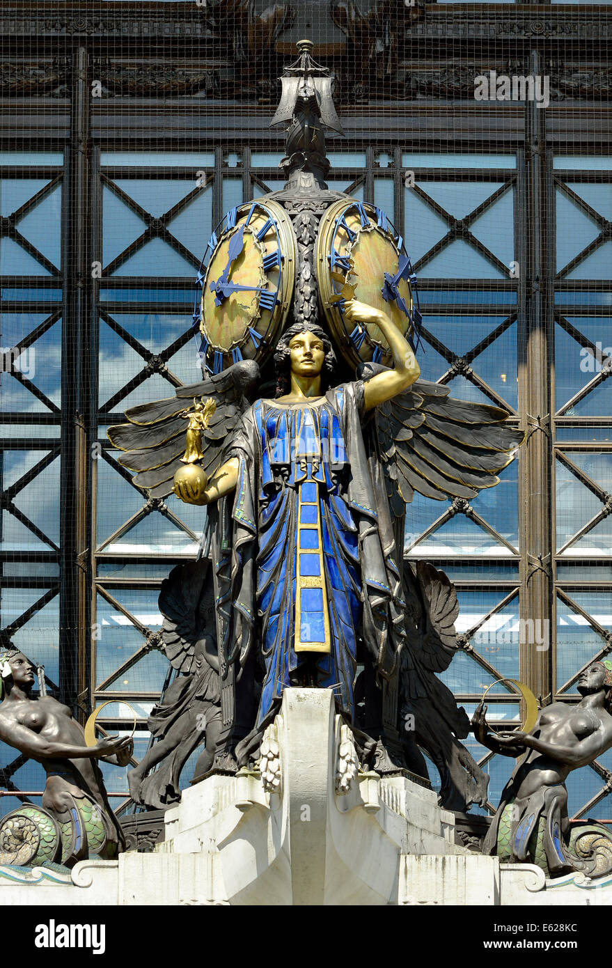 London, England, UK. Selfridges department store - The Queen of Time (Gilbert Bayes, 1928) on the facade - Stock Image