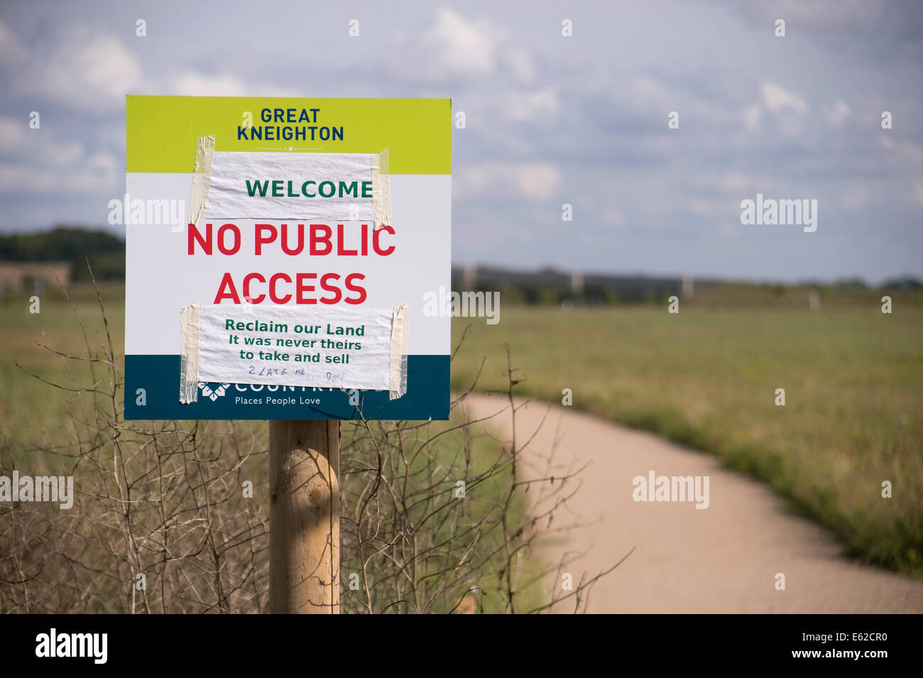 sign at Great Kneighton Cambridge indicating no public access and reply from anon member of the publi - Stock Image