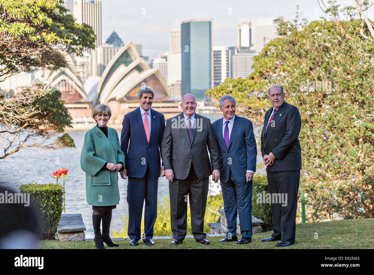 US Secretary of State John Kerry and Australian Foreign Minister Julie Bishop pose with Governor-General Sir Peter - Stock Image