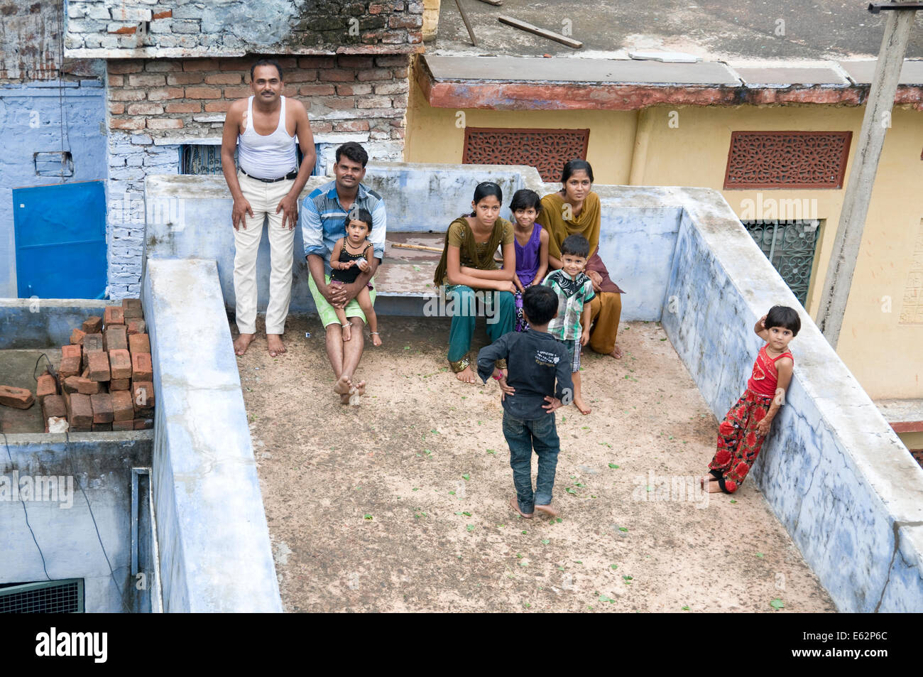 Family on the rooftops in Bundi, Rajasthan, India - Stock Image