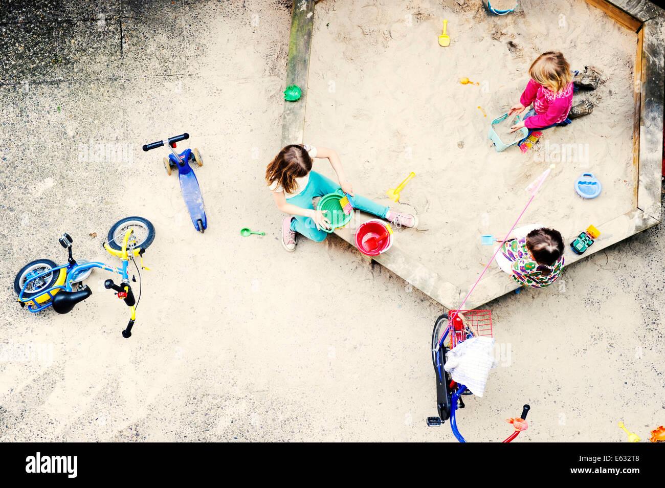 Children playing in the sandbox of a backyard, Düsseldorf, Rhineland, North Rhine-Westphalia, Germany - Stock Image