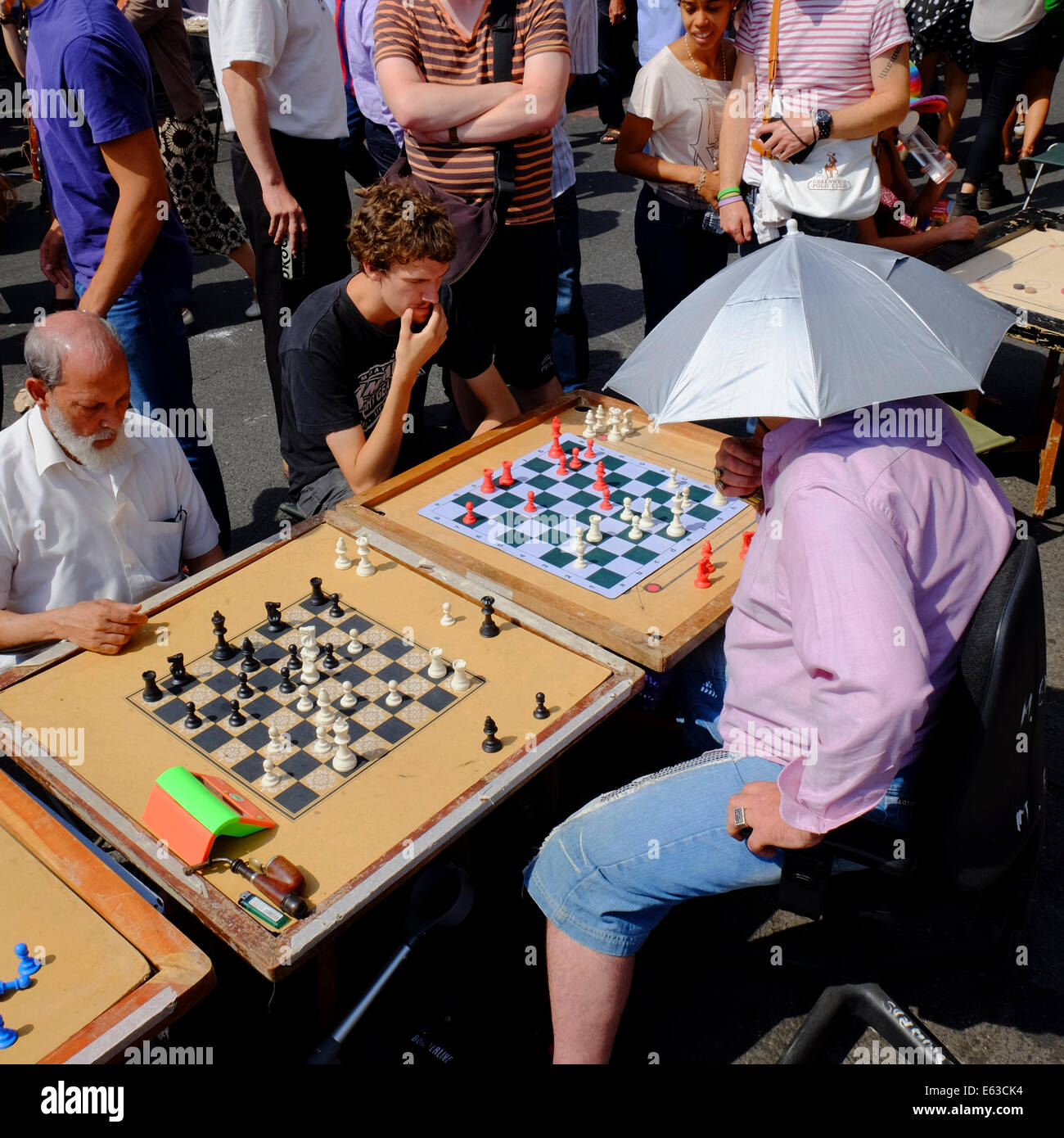 man playing chess against several opponents at the same time on Brick lane, Shoreditch, London, England - Stock Image