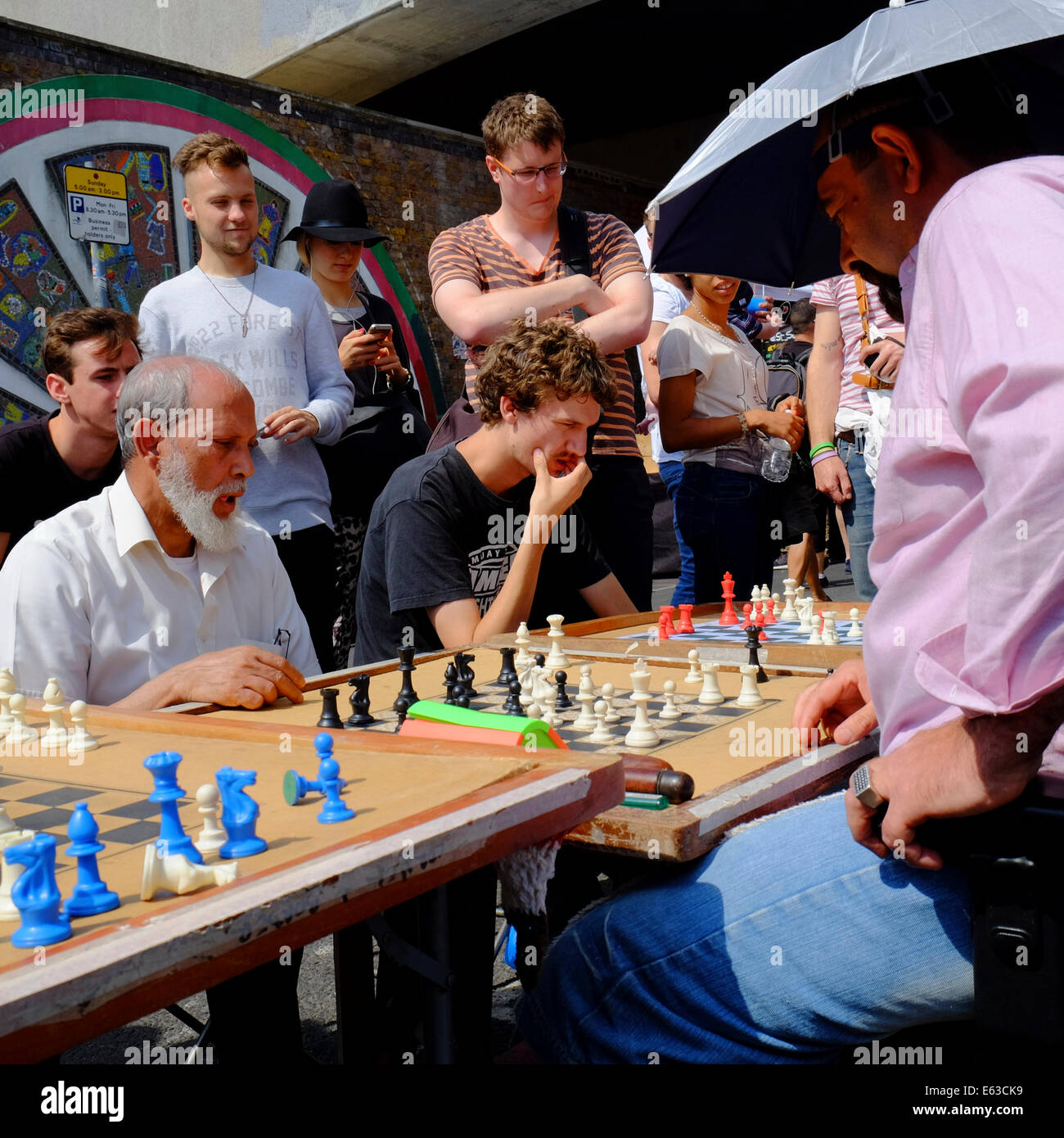 man playing chess against several opponents at the same time in Brick lane, Shoreditch, London, England - Stock Image